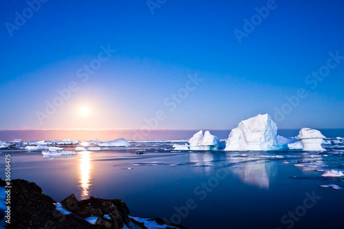 Photo Stands Antarctica Summer night in Antarctica
