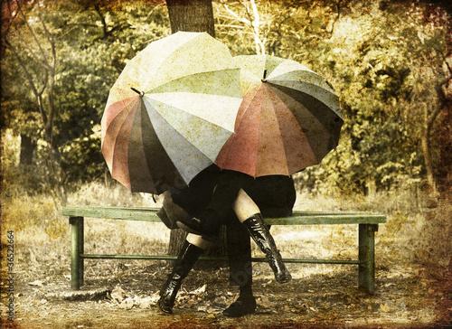zakochana-para-z-parasolkami-w-parku-jesienia-retro