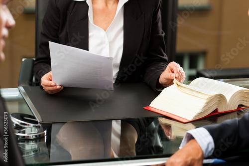 Valokuva  Anwältin oder Notarin in ihrem Büro