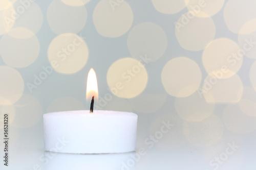 Akustikstoff - Kerze mit Lichtreflexen im Hintergrund