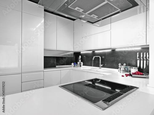cucina bianca con elettrodomestici di acciaio – kaufen Sie dieses ...