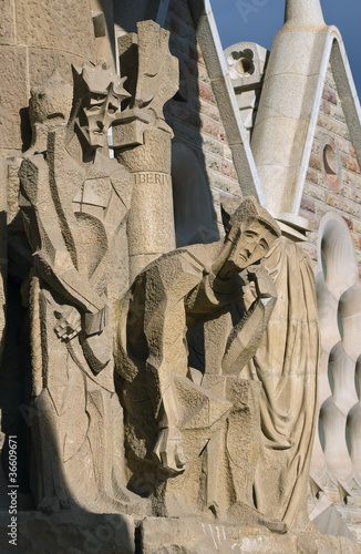 Valokuvatapetti Figures of Christ and Pontius Pilate