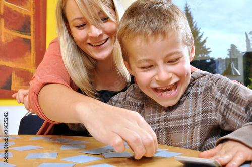 Foto Mutter und Kind beim Spielen