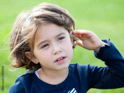 Fotografía  bambina che ascolta