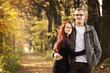 Para młodych dorosłych jesienią w lesie