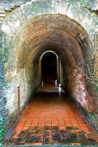 Fototapeten Schmale Gasse Ancient tunnel Wat Umong