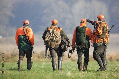 Acrylic Prints Hunting Vier Jäger nach der Treibjagd