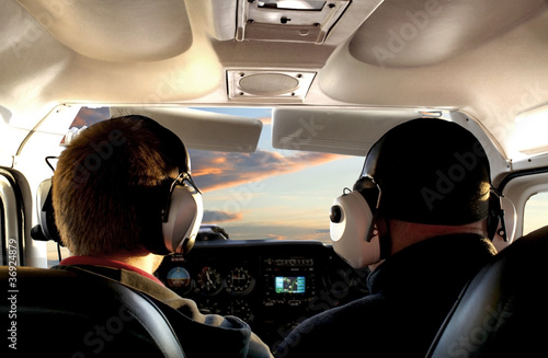 Valokuva  Pilot im Cockpit auf Rundflug im Sonnenuntergang