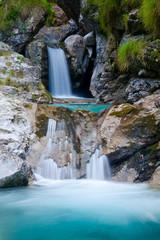 cascata di acqua cristallina