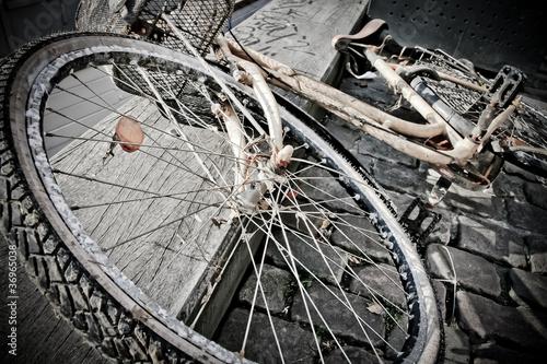 Zardzewiały i skorodowany rower na przystani w Kopenhadze