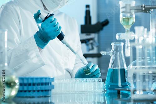 Fotografija  scientist working at the laboratory