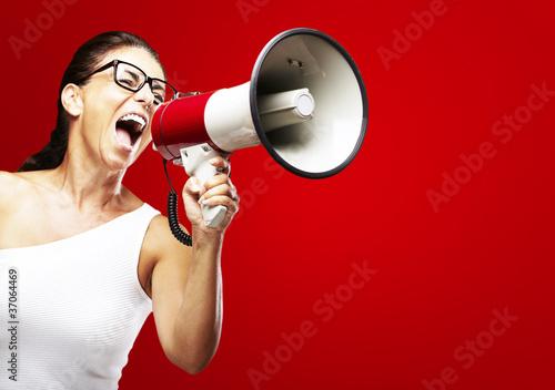 kobieta-krzyczy-za-pomoca-megafon