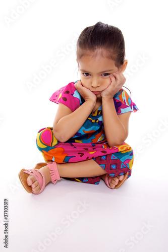 Fotografia, Obraz  enfant triste assise sur fond blanc