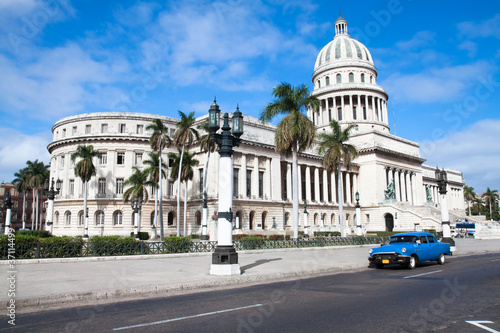 Poster Havana Capitolio building and vintage old american car