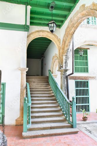 abstrakcjonistyczny-szczegol-nieociosani-schodki-w-starym-havana-budynku-wnetrzu