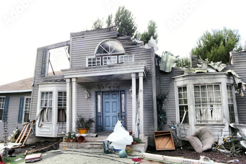 Poster Ruine House damaged by disaster
