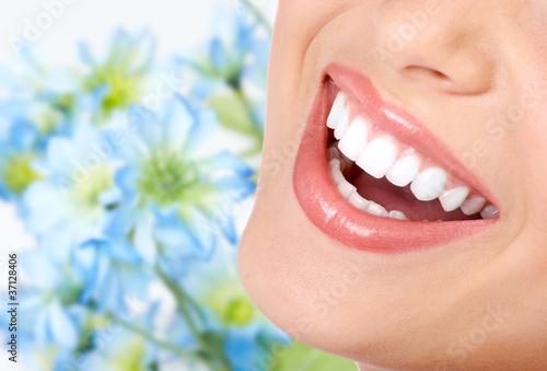 piekny-usmiech-ze-zdrowymi-zebami