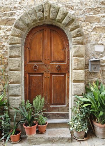 drewniane-drzwi-z-kamiennym-lukiem-do-domu-w-stylu-toskanskim