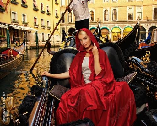Türaufkleber Gondeln Beautifiul woman in red cloak riding on gandola
