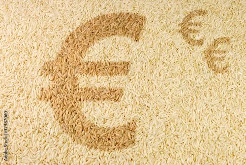 Fotografía  Markt für Agrarrohstoffe - Euro-Zeichen auf Reiskernen