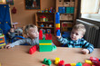 canvas print picture - Kinder speilen mit Bausteinen