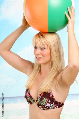 De blondine op het strand