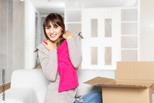 Foto young woman unpacks her mail order