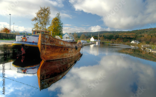 Fotografie, Tablou  Old rusty boats on Caledonian Canal, Scotland