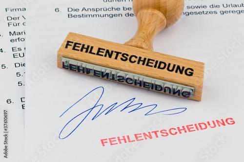 Photo  Holzstempel auf Dokument: Fehlentscheidung