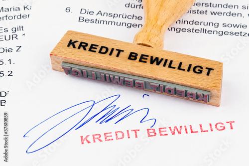 Fotografía  Holzstempel auf Dokument: Kredit bewilligt