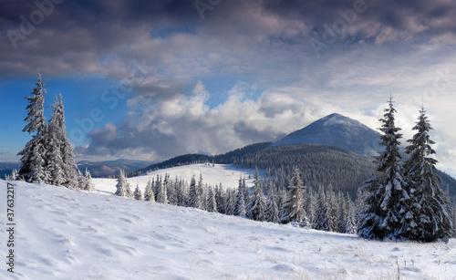 piekny-zimowy-krajobraz-w-gorach