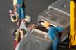 Miniatur Handwerker führen Wartung durch.