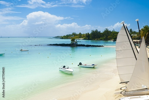 Foto-Leinwand - Idyllic tropical beach in the paradise island of Mauritius (von Yuguesh Fagoonee)