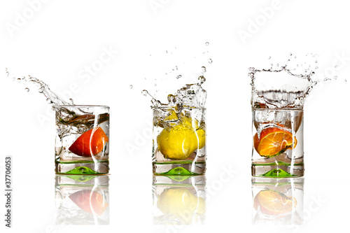 Foto op Canvas Opspattend water Drinks with splashing citrus fruits over white