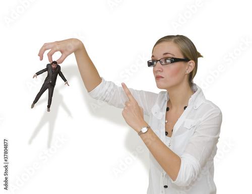 Fotografie, Obraz  Femme menacant un homme en le tenant du bout des doigts