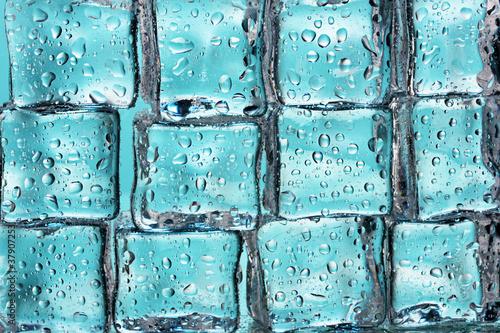 roztapiajace-kostki-lodu-na-blekitnym-zblizeniu