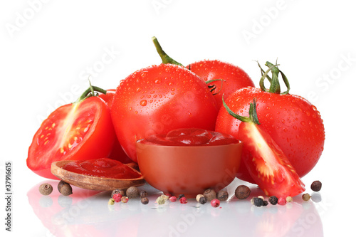 Tuinposter Kruiden 2 Ketchup in bowl, spices and tomatoes isolated on white
