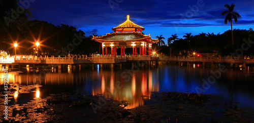 Fotografía  Chinese style pavilion in the night with reflection of light