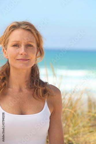 Keuken foto achterwand Ontspanning Woman on by the sea
