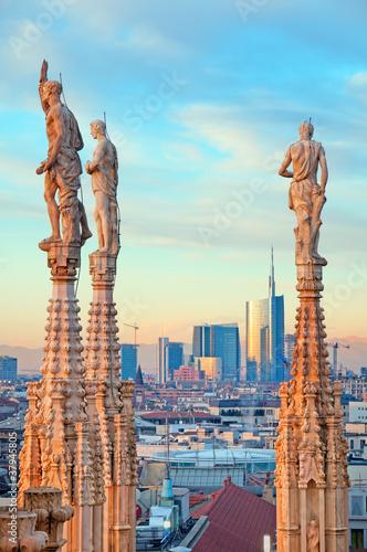 Fototapeta premium Dzielnica finansowa Mediolanu i posągi katedry w Mediolanie.
