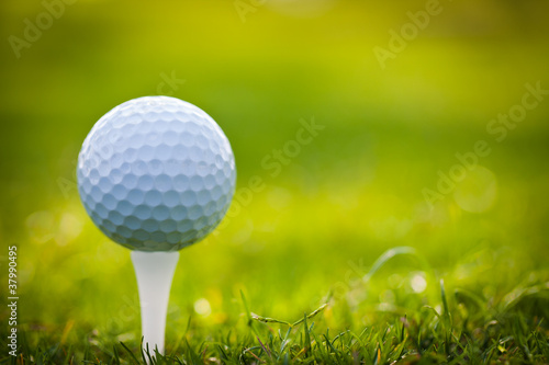 Deurstickers Golf Golf ball on tee