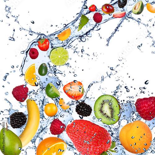 Owoce wchodzące w plusk wody, na białym tle