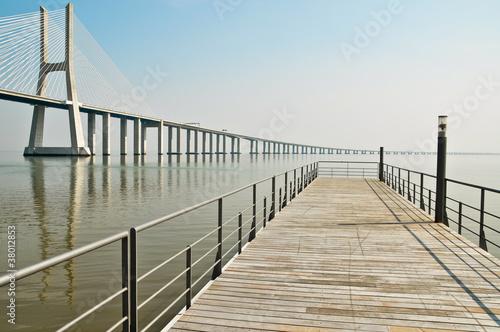 widok-z-molo-na-most-vasco-da-gamy-w-lizbonie