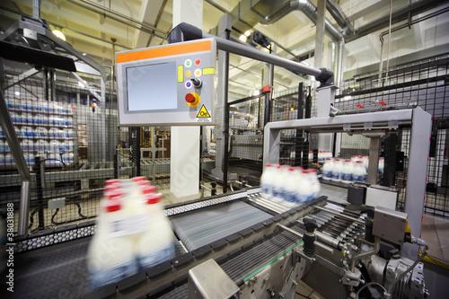 Staande foto Industrial geb. Conveyor with wrapped milk bottles at big factory