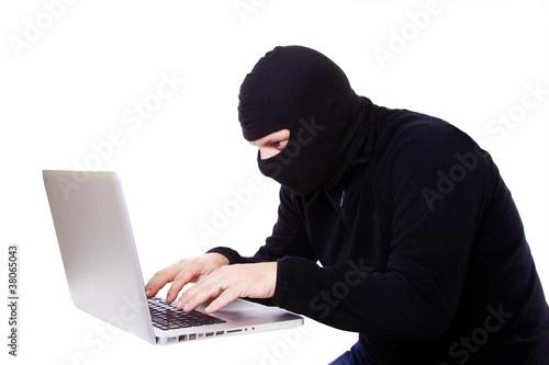 pirate informatiqye en cagoule devant son ordianteur Fototapeta