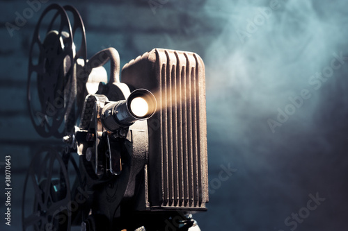 Photo  old film projector with dramatic lighting