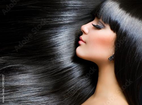 Obraz na plátně  Krásná brunetka. Zdravé dlouhé vlasy