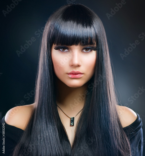 Fotografie, Obraz  Krásná brunetka. Zdravé dlouhé vlasy