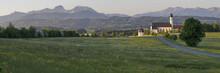 Wallfahrtskirche Am Irschenberg Mit Alpen Im Hintergrund