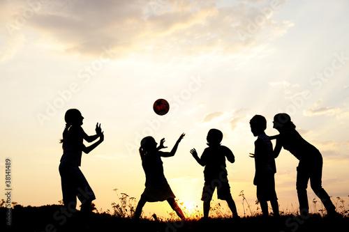 Foto-Schmutzfangmatte - Silhouette, group of happy children playing on meadow, (von Jasmin Merdan)